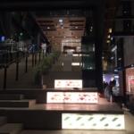 夜のショッピングセンター